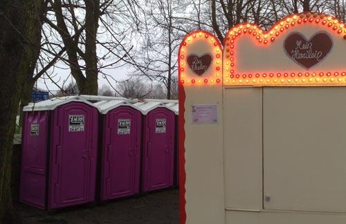 Dixi-Toiletten und Weihnachtsmarkt-Bude