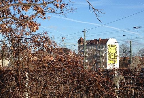 Löwen-Werbung in der Nähe des Bahnhofs Südkreuz