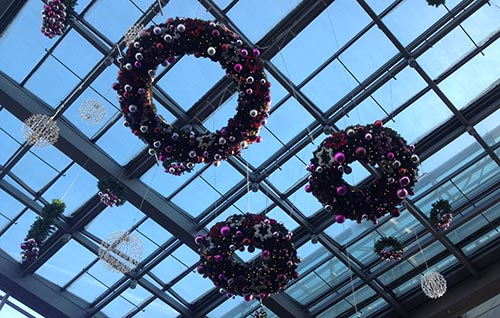 Weihnachtsdekoration im Bahnhof Südkreuz