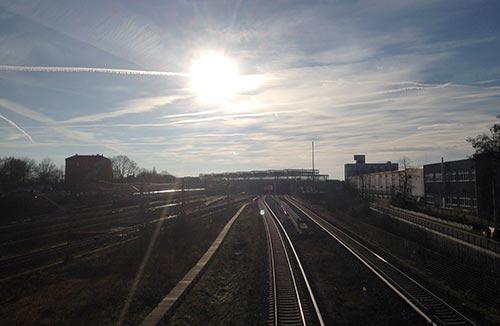 Läufer-Blick zum Bahnhof Südkreuz mit dramatischem Himmel