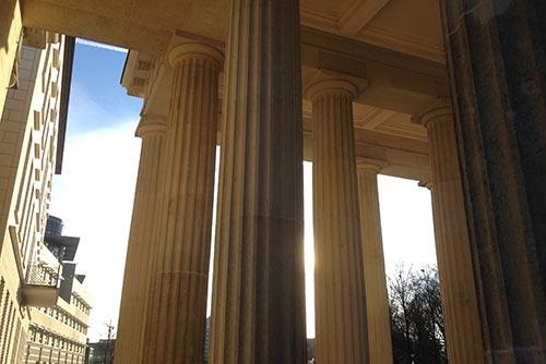 Säulen des Brandenburger Tors im Gegenlicht