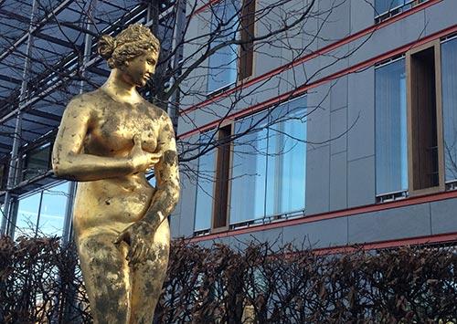 Statue im Vorgarten der Landesvertetung Niedersachsen