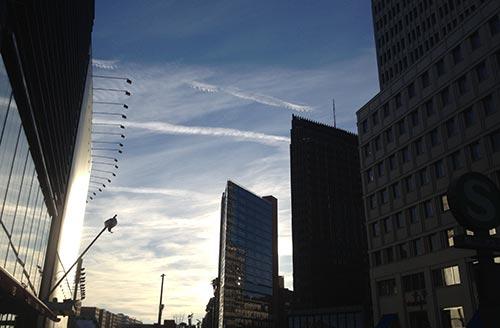 Blick auf die Gebäude am Potsdamer Platz im abendlichen Gegenlicht