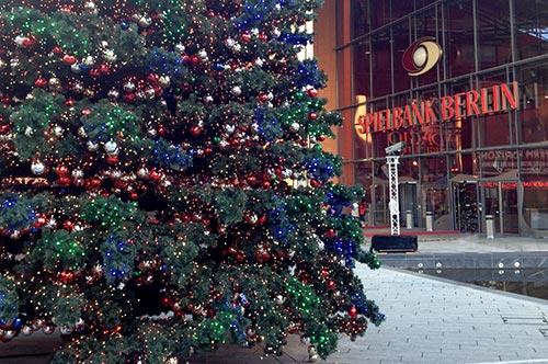 Bunter Weihnachtsbaum vor der Spielbank Berlin