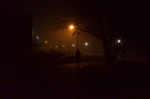 Läufer im Winter, bei Dunkelheit, Kälte und Nässe