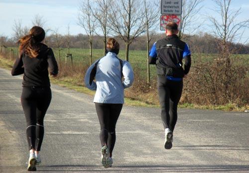 Läufer parallel zur B101