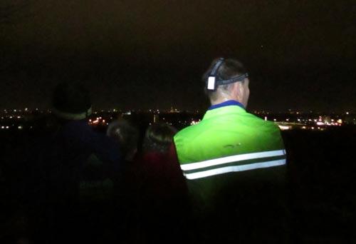 Läufer-Blick vom Alpengipfel des Freizeitparks Marienfelde auf den Berliner Süden bei Nacht