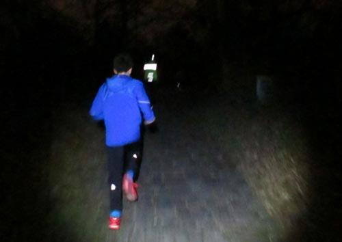 Läufer im Licht der Stirnlampen