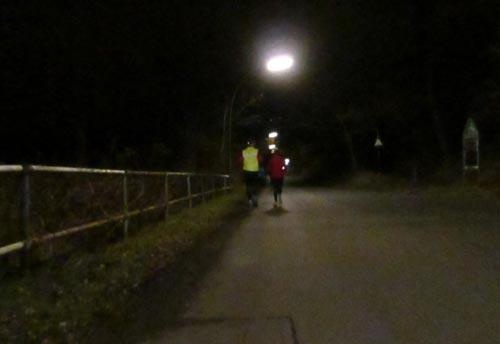 Läufer auf dem Diedersdorfer Weg bei Nacht