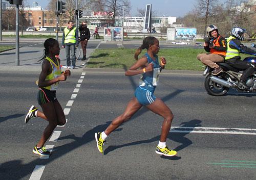 Die führenden Frauen beim Berliner Halbmarathon 2014