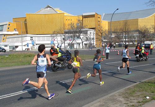 Die Halbmarathon-Führungsfrauen auf Höhe der Berliner Philharmonie
