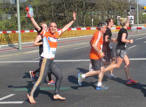 Jubelnder Läufer beim Berliner Halbmarathon 2014