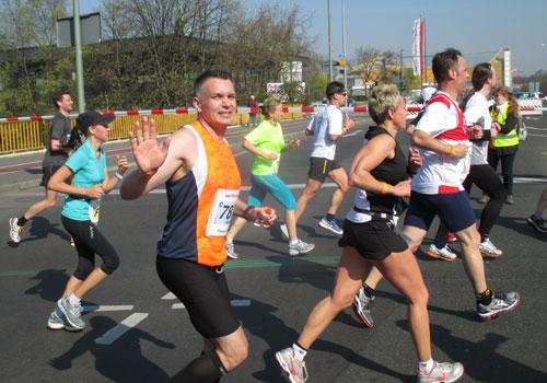 Grüßender Halbmarathon-Läufer
