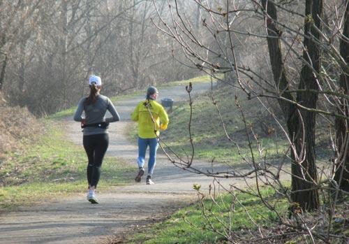 Läufer laufen den Dörferblick hinunter