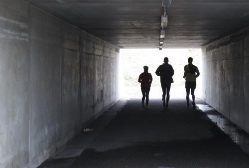 Läufer-Silhouetten im Tunnel