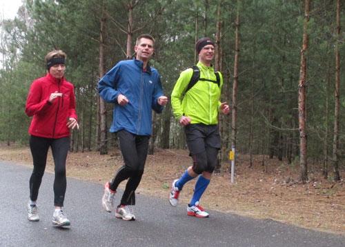 Läufer im Wald am Senftenberger See