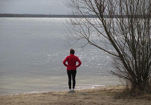 Läuferin im März-Sonnenlicht am Senftenberger See