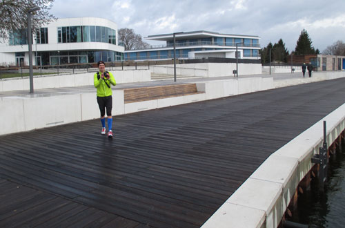 Läufer mit Kamera am Stadthafen