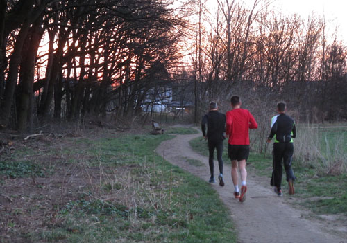 Schnelle Läufer am frühen Morgen