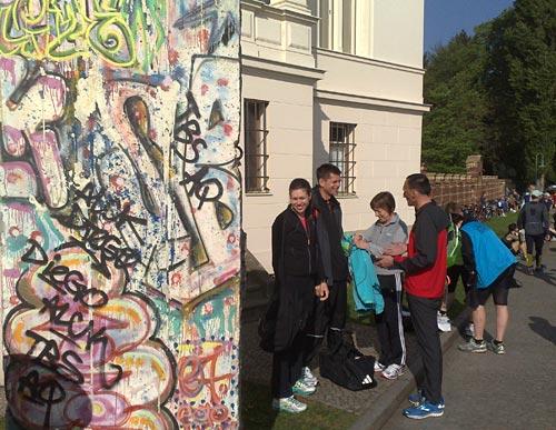 Läufer mit Rest der Berliner Mauer in Potsdam