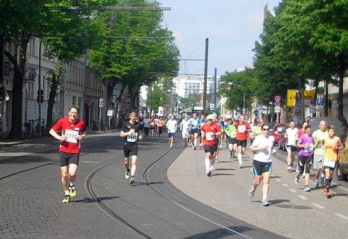 startblog-f-Läufer auf Höhe des S-Bahnhofs Potsdam-Babelsberg