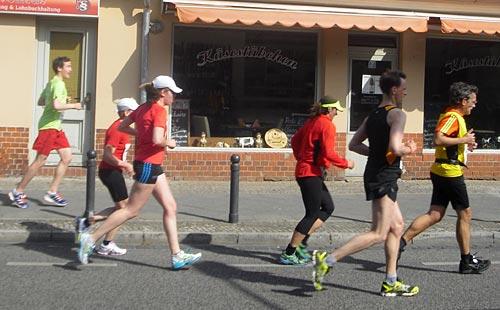 Läuferinnen auf Höhe des S-Bahnhofs Potsdam-Babelsberg