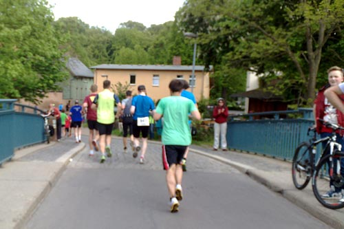Läufer auf der kleinen Brücke über die Glienicker Lake