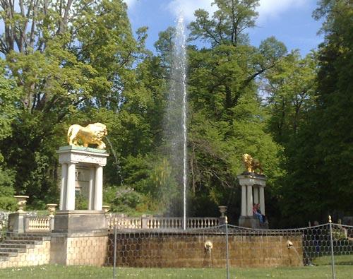 Löwenskulpturen und Springbrunnen an der Königstraße