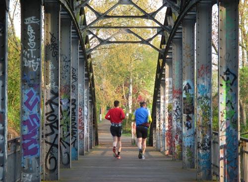 Läufer auf Brücke über dem Teltow-Kanal