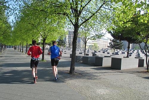 Läufer am Stelenfeld beim Brandenburger Tor