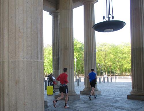 Läufer zwischen den Säulen des Brandeburger Tors