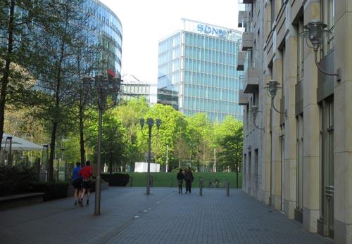 Läufer-Blick auf das Sony-Center in Berlin