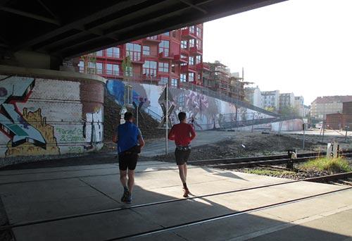 Läufer unter Brücke