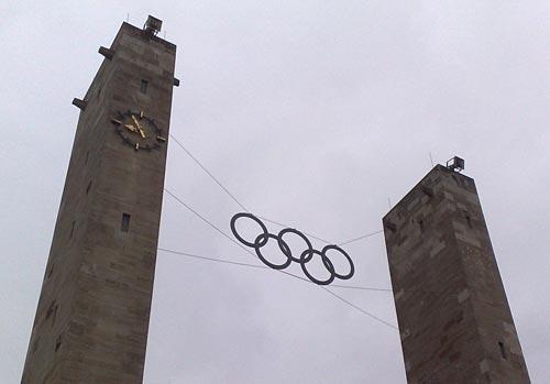 Olympische Ringe vor grauem Himmel
