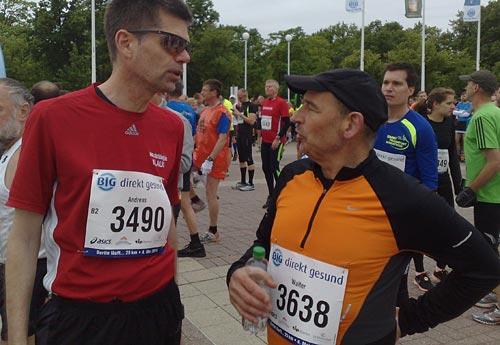 Läufer im Gespräch vor dem Start