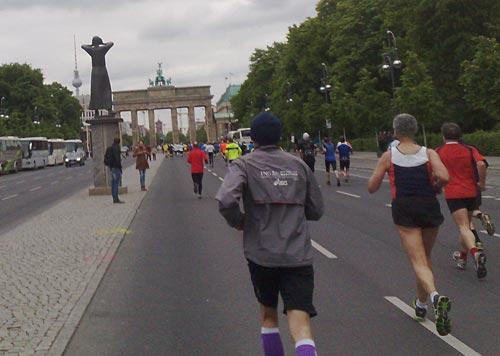 Läuferfeld des Big25 25-km-Laufs vor dem Brandenburger Tor