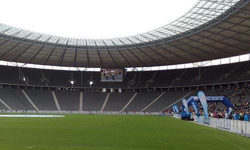 Läufer des Big25 auf der letzten Runde im Olympiastadion