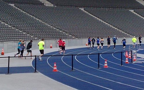 Die letzten paar hundert Meter auf der blauen Bahn des Berliner Olympiastadions