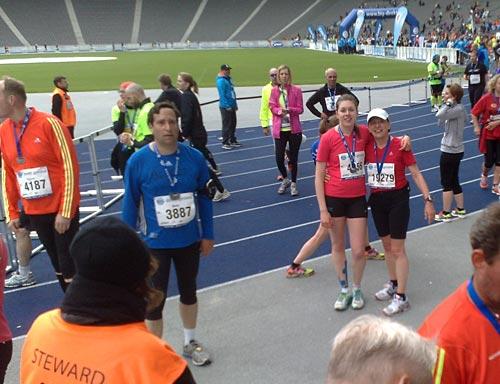 Läuferinnen des 25-km-Laufs im Ziel