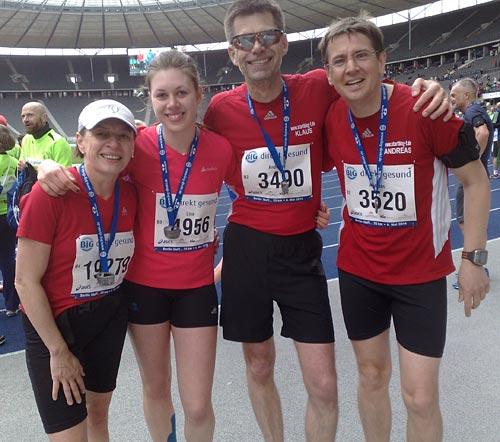 Glückliche Läufergruppe im Berliner Olympiastadion