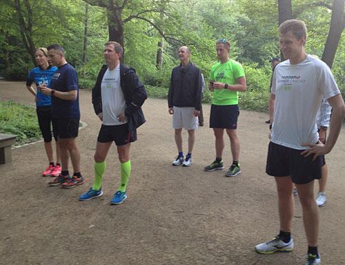 Laufgruppe hört den Erläuterungen von Viktor Röthlin zu