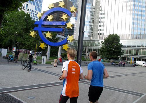 Läufer vor der Euro-Skulptur in Frankfurt