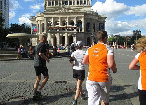 Läufer-Gruppe an der Oper in Frankfurt