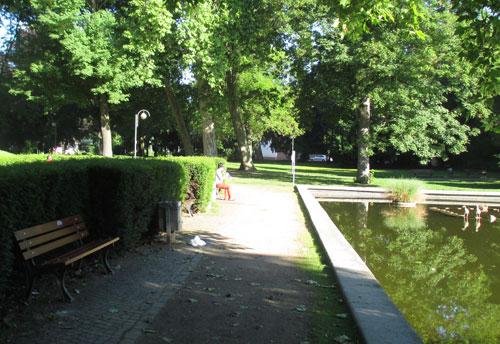Trompeterin im Park