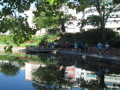 Läufer an einem Teich