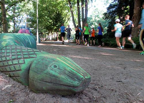 Spielplatz-Schlange mit Läufer-Gruppe