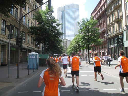 Läufer im orangen Sportscheck-Stadtlauf-Shirt