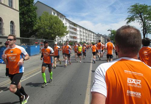 Entgegen kommende Läufer am Main