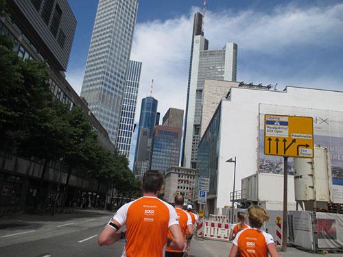 Stadtlauf-Läufer vor Frankfurter Hochhaus-Skyline