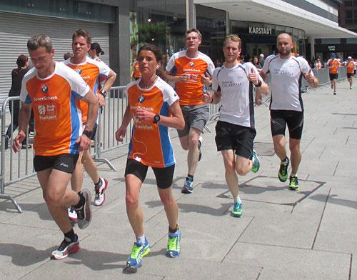 Zwei Läufer des Samsung Running Teams in der Zeil